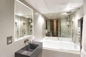 A bathroom at Loft Style 2 Bed Flat
