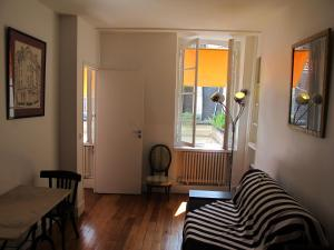 A seating area at Paris 5 des murs chargés d'histoire