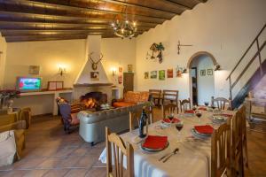 Un restaurante o sitio para comer en Casa Rural Villa Mara