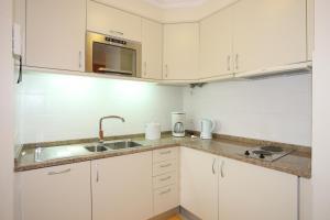 Una cocina o zona de cocina en Canico Bay Apartments