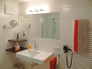 A bathroom at Ferienwohnungen Heidi
