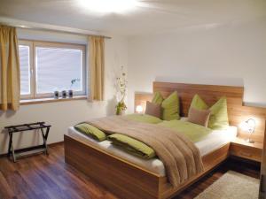 A bed or beds in a room at Ferienwohnungen Heidi