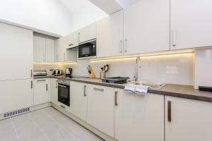 A kitchen or kitchenette at Worple Way Apartments