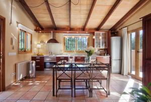 A kitchen or kitchenette at Villa Magdalena Calvia