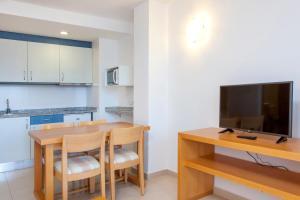 Uma TV ou centro de entretenimento em Apartamentos Mar y Playa