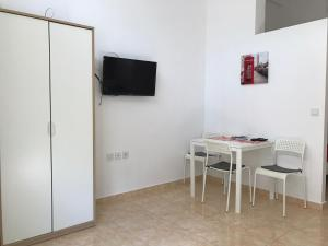 A television and/or entertainment center at Sisifou Apartment