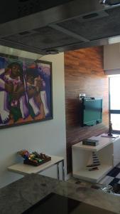 A television and/or entertainment centre at Lindo Apto em Ondina com Vista