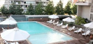 Vista de la piscina de Santiago Rental Suites o alrededores