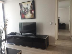 Una televisión o centro de entretenimiento en Apartamento Avenida Kennedy