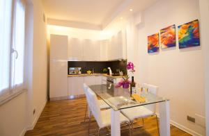 A kitchen or kitchenette at Ema's Home