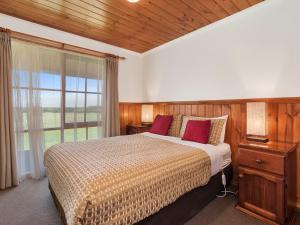 A bed or beds in a room at Apollo Bay Cottages
