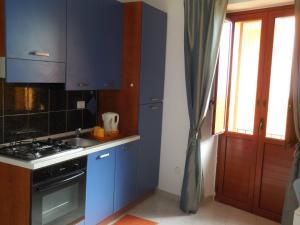 A kitchen or kitchenette at Le Casette del Porto di Sciacca