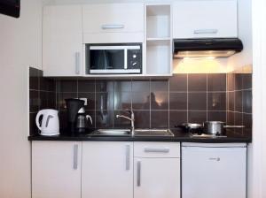 A kitchen or kitchenette at Résidence du Soleil
