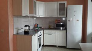 Кухня или мини-кухня в Апартаменты на Выгонная 4