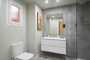 A bathroom at Reina Sofía Apartment