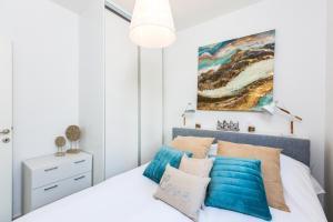 Ein Bett oder Betten in einem Zimmer der Unterkunft Triton Sea View Villa