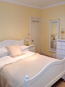 A bed or beds in a room at Hampstead Flat