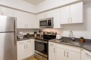 A kitchen or kitchenette at Oakwood Crystal City