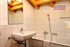 Ein Badezimmer in der Unterkunft Chalet L'Escalade