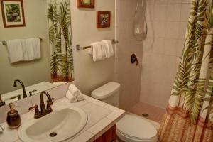 A bathroom at Maui Vista 2220