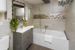 A bathroom at My Nest Inn Paris Panthéon