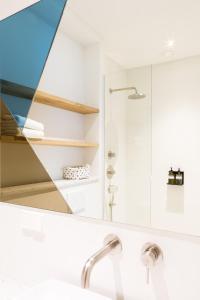 Un baño de Kith & Kin Boutique Apartments