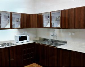 A kitchen or kitchenette at Qasr Al Aziqia Furnished Apartment