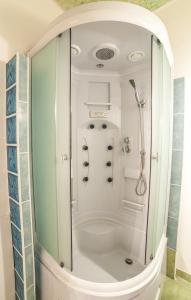 Vonios kambarys apgyvendinimo įstaigoje Old Town Peldu Apartment
