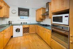 A kitchen or kitchenette at Dunedin Apartments
