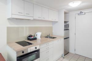 A kitchen or kitchenette at Hotel Grand Chancellor - Auckland City