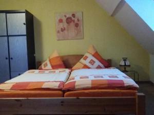Ein Bett oder Betten in einem Zimmer der Unterkunft Ferienwohnung Christine Nestler