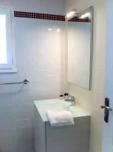A bathroom at Le Figuier, Manoir de Longeveau