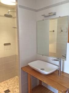 A bathroom at Le Merisier, Manoir de Longeveau