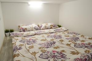 Кровать или кровати в номере Izmaylov Apartments