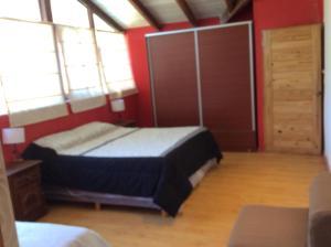 Una cama o camas en una habitación de Cabaña con costa de arroyo