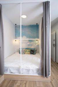 A bed or beds in a room at Blue Birds Apartment