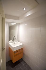 A bathroom at De Witte Olyphant