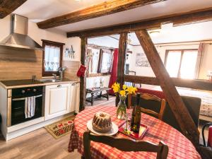 Una cocina o zona de cocina en Gîtes de la Maison Vigneronne, au Coeur de Ribeauvillé
