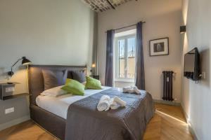 A bed or beds in a room at Eve Penthouse Colosseo