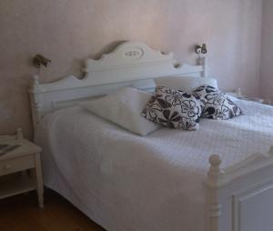 A bed or beds in a room at Manes Apartment