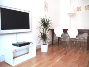 A television and/or entertainment center at Cozy Apartment Ulmenstrasse