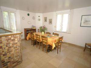 A restaurant or other place to eat at Rural Holiday Home with Garden in Burgundy France