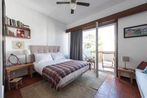 A bed or beds in a room at Estoril Studio, 1-3 Guests