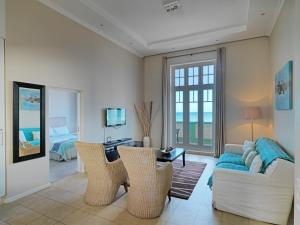 A seating area at Surferscorner Self Catering Apartments