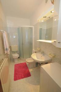 A bathroom at Apartments Kisic