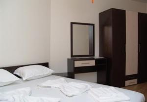 Sunny Bay Aparthotel tesisinde bir odada yatak veya yataklar