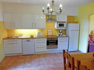Cuisine ou kitchenette dans l'établissement Domaine De Maylandie