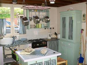 A kitchen or kitchenette at Idyllic Hilltop Holiday home in Dettey near Forest