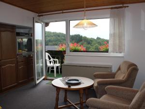 Ein Sitzbereich in der Unterkunft Ferienwohnung Liesen Im Sauerland