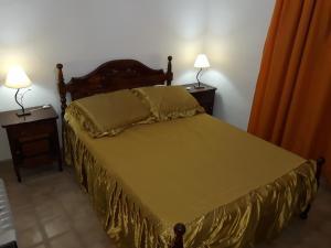 Una cama o camas en una habitación de P Wasin Sulla